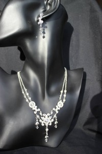 J159 Silver diamonte necklace/earring set